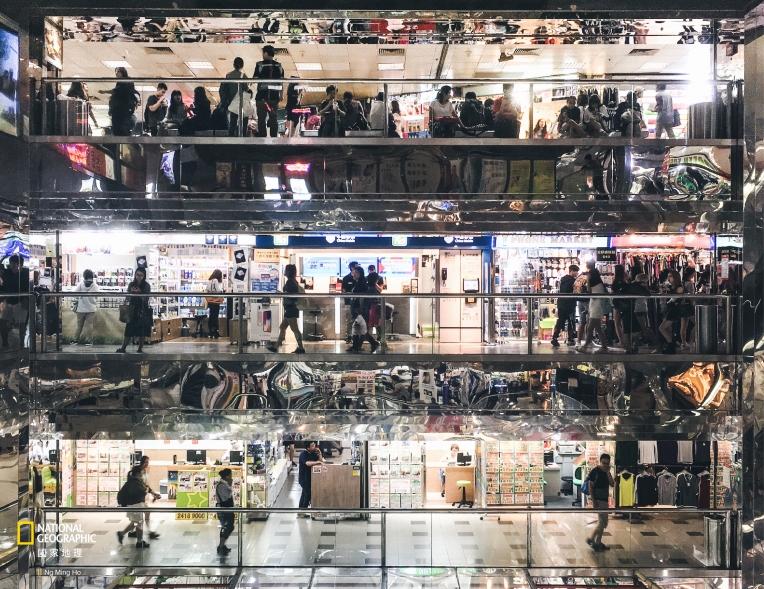 手機組第二名——吳銘豪《香港五光十色的商場》